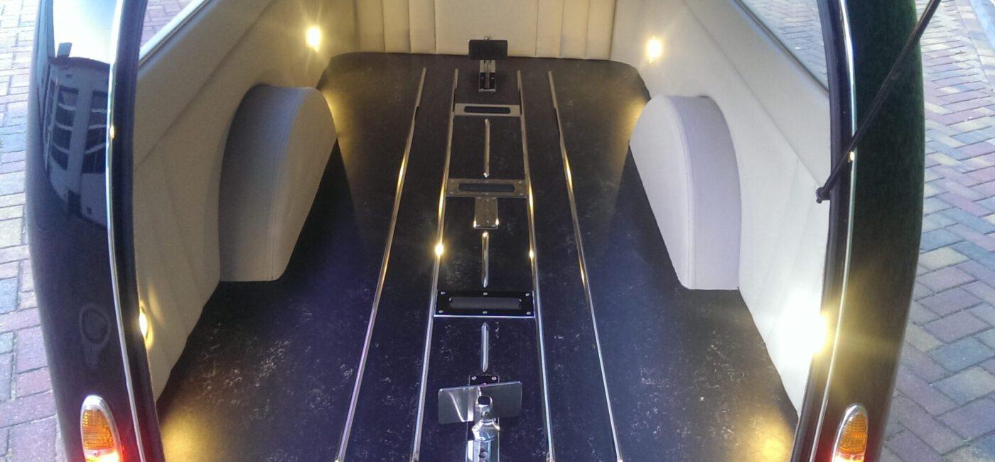 Rouwvervoer, rouwaanhangwagen, binnenzijde, licht, kist, bijzonder