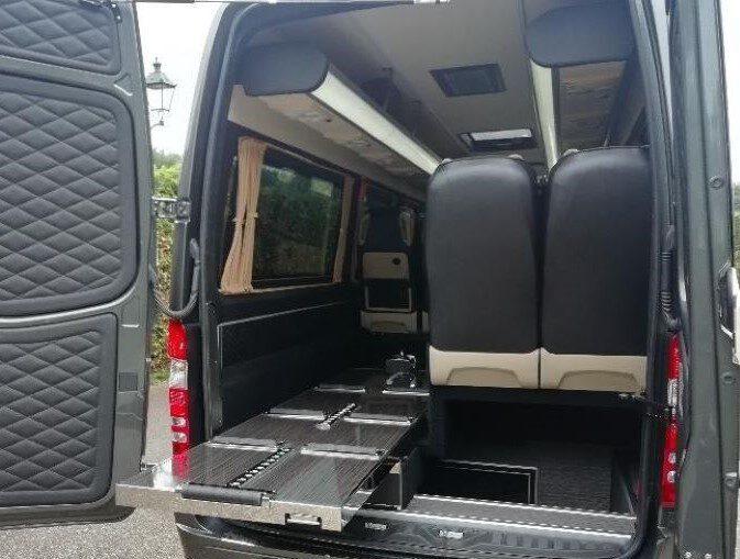 Rouwvervoer, Familie Uitvaartbus, achterkant, samen, banken, stoelen, kist, bijzonder